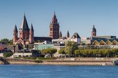 Catedral de Maguncia en el río Rhine fotos de archivo