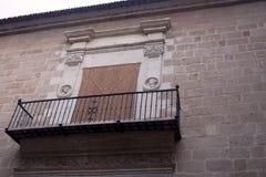 Catedral de Malaga, Spain Balc?o interessante com os trilhos forjados na parede antiga de pedra da catedral foto de stock
