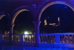 Catedral de Merida San Ildefonso en la noche con retroiluminación azul yucatan méxico imágenes de archivo libres de regalías
