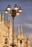 Catedral de Milão e luzes de rua Imagens de Stock