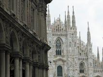 Catedral de Milano con los altos picos acentuados blancos Foto de archivo libre de regalías