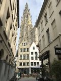 Catedral de nossa senhora Antwerp através das construções modernas Imagem de Stock Royalty Free