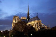 Catedral de Notre Dame en la noche Imágenes de archivo libres de regalías