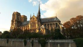 Catedral de Notre Dame en la puesta del sol en París, Francia almacen de video