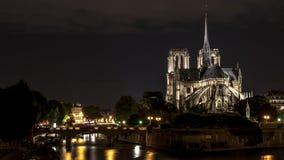 Catedral de Notre Dame en París en la noche Imágenes de archivo libres de regalías