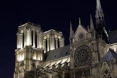 Catedral de Notre Dame por noche Foto de archivo libre de regalías