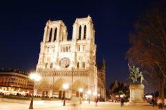 Catedral de Notre Dame por noche Imagen de archivo libre de regalías