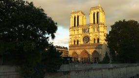 Catedral de Notre Dame, uno de los edificios más famosos de París almacen de metraje de vídeo