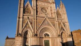Catedral de Orvieto en el cuadrado de Piazza Duomo en el cuarto histórico de la ciudad vieja de Orvieto, Italia almacen de video
