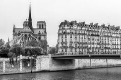 Catedral de París, de Notre Dame y edificio cerca de río Sena Citys Imagen de archivo libre de regalías