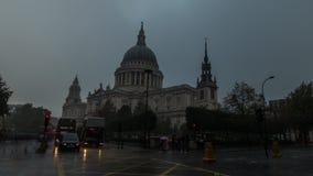 Catedral de Paul'S en una tempestad de truenos metrajes