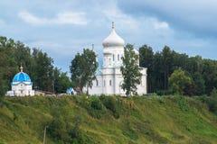 Catedral de piedra blanca en la cuesta escarpada pintoresca del río Volga, ciudad de Rzhev, Rusia de la ascensión Imágenes de archivo libres de regalías