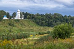 Catedral de piedra blanca en la cuesta escarpada pintoresca del río Volga, ciudad de Rzhev, Rusia de la ascensión Fotos de archivo