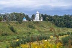 Catedral de piedra blanca en la cuesta escarpada pintoresca del río Volga, ciudad de Rzhev, Rusia de la ascensión Imagen de archivo libre de regalías