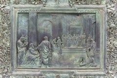 Catedral de Pisa, gran puerta de bronce con las escenas del nuevo testamento, detalles, Pisa, Italia fotos de archivo