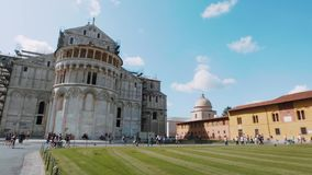 Catedral de Pisa y torre inclinada en el cuadrado del Duomo - PISA TOSCANA ITALIA - 13 de septiembre de 2017 almacen de metraje de vídeo