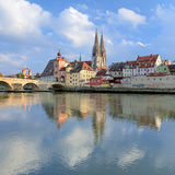 Catedral de Regensburg y puente de la piedra en Regensburg, Alemania Imagen de archivo
