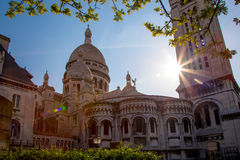 Catedral de Sacre Coeur durante o tempo de mola em Paris, França Fotos de Stock