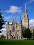 A catedral de Salisbúria com o céu azul no fundo imagens de stock royalty free