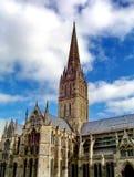 A catedral de Salisbúria com o céu azul no fundo foto de stock royalty free