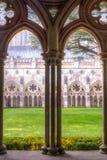 A catedral de Salisbúria enclausura arcos HDR imagem de stock
