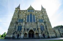 Catedral de Salisbúria, na estação de mola, Salisbúria, Inglaterra imagem de stock