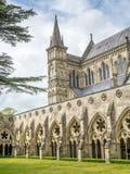 Catedral de Salisbúria sob o céu nebuloso imagens de stock royalty free