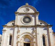 Catedral de San Jaime en la opinión de la fachada de Sibenik imagenes de archivo