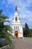 Catedral de San Miguel el arcángel entre el verdor del verano Foto de archivo