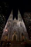 Catedral de San Patricio en la noche Foto de archivo libre de regalías