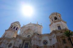 Catedral de Santa Cruz kyrkafaçade, CÃ-¡ diz, sydliga Spanien Royaltyfri Bild
