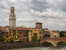 Catedral de Santa Maria Assunta e de Ponte Pietra em Verona, Itália Imagens de Stock Royalty Free