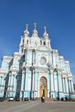 Catedral de Smolny en un día de resorte asoleado Foto de archivo