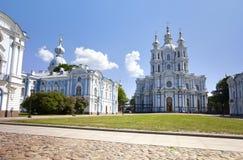 Catedral de Smolnyi (convento) de Smolny, St Petersburg, através do quadrado da ditadura proletária Rússia imagem de stock royalty free