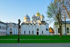 Catedral de Sophia Orthodox de Saint no por do sol colorido da mola em Veliky Novgorod, Rússia fotos de stock