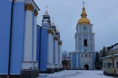 Catedral de St Michael e torre de sino Dourado-abobadadas em Kiev imagens de stock