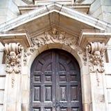 catedral de St Paul da porta na construção e no re velhos de Londres Inglaterra Fotos de Stock Royalty Free
