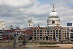 A catedral de St Paul e a ponte do milênio Imagens de Stock