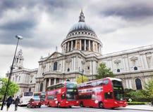 A catedral de St Paul em Londres, o Reino Unido. Ônibus vermelhos imagens de stock