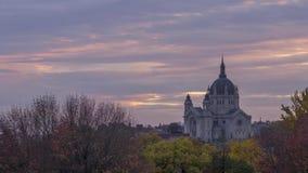 Catedral de St Paul Lights con Autumn Sunset Clouds Overhead dramático 4K UHD Timelapse almacen de video