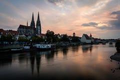 Catedral de St Peter em Regensburg, Baviera, Alemanha Imagem da arquitetura da cidade sobre o Danube River durante o por do sol Fotografia de Stock Royalty Free