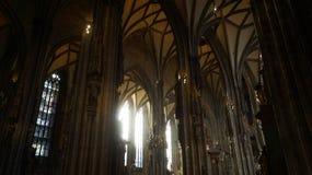 A catedral de St Stephen interior em Viena imagens de stock