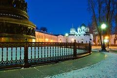 Catedral de StSophia y el milenio del monumento de Rusia en Veliky Novgorod, Rusia - paisaje de la ciudad de la noche Imagenes de archivo