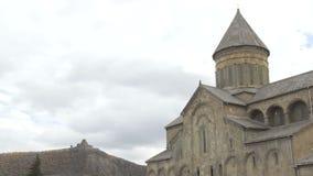 A catedral de Svetitskhoveli é cercada pela parede defensiva da pedra e do tijolo Mtskheta, Geórgia video estoque