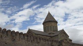 A catedral de Svetitskhoveli é cercada pela parede defensiva da pedra e do tijolo Mtskheta, Geórgia vídeos de arquivo