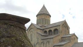 A catedral de Svetitskhoveli é cercada pela parede defensiva da pedra e do tijolo Mtskheta, Geórgia filme
