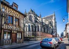 Catedral de Troyes - a vista traseira e a madeira moldaram construções medievais Troyes recolhido, França fotografia de stock