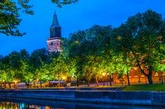 Catedral de Turku por el Aurajoki fotografía de archivo libre de regalías