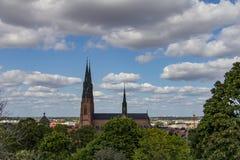 Catedral de Uppsala debajo de un cielo azul foto de archivo libre de regalías