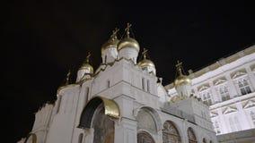 Catedral de Uspensky en la iglesia ortodoxa antigua de Moscú el Kremlin de Rusia en la noche 4k almacen de metraje de vídeo